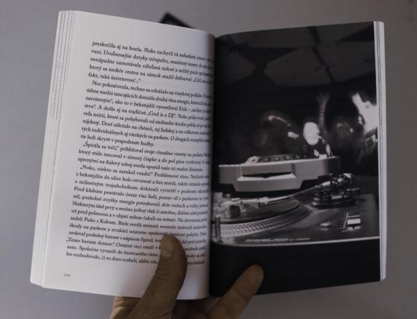 kniha v strede
